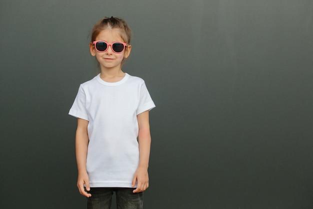 Девушка в белой пустой футболке с местом для вашего логотипа или дизайна в повседневном городском стиле