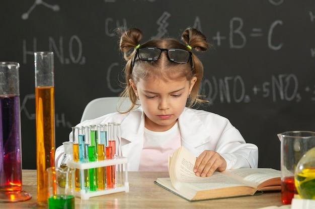 Ragazza in laboratorio che fa i test