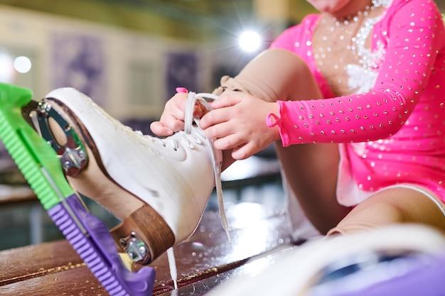 アイススケートをする少女