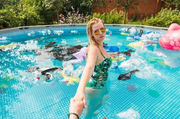 소녀는 쓰레기와 함께 수영장에서 리드.