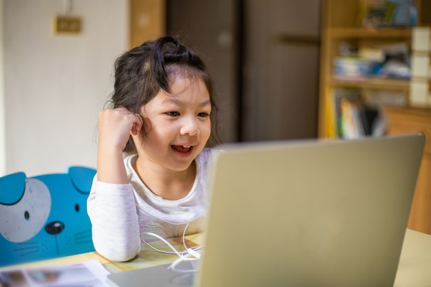 소녀 학습 및 교사와 온라인 화상 통화 공부