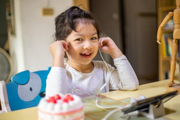 소녀 학습 및 교사와 온라인 화상 통화 공부 프리미엄 사진