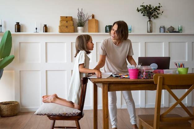Девушка учится дома полный кадр