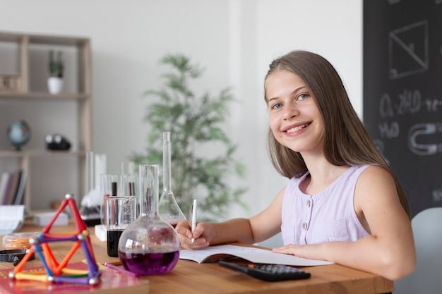 수업 시간에 화학에 대해 더 많이 배우는 소녀