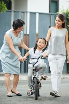 自転車に乗ることを学ぶ少女