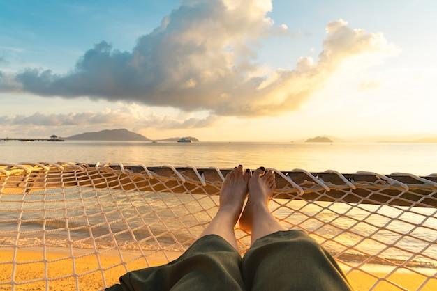 Ноги девушки, лежа на сети у моря