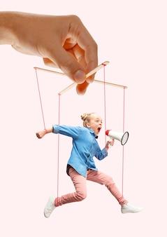 분홍색 배경에 누군가의 손에 꼭두각시 같은 소녀. 불공정한 조작, 착취의 생리학, 정신 기술, 동기 부여의 개념. 꼭두각시와 그들의 주인. 소유 관계.