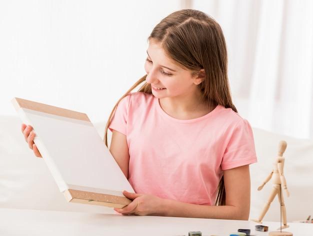 女の子は木の板で作業するのが好き