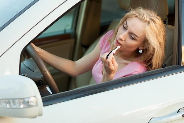 運転中の女の子の口紅