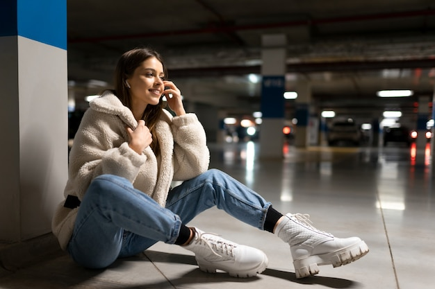 女の子はショッピングモールで音楽を聴く
