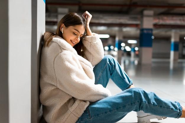 지하 주차장에서 소녀 듣기 음악