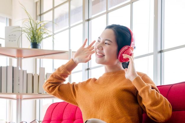 自宅のソファーで音楽を聴いている女の子