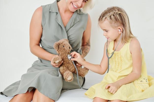 Девушка слушает сердцебиение медведя