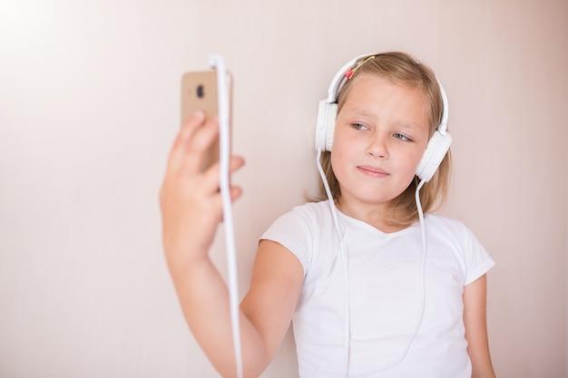 ヘッドフォンで音楽を聴いている女の子