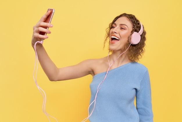 헤드폰, 음악을 듣고 소녀 웃 고.