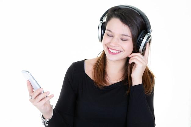 彼女のスマートフォンで音楽を聴いている女の子