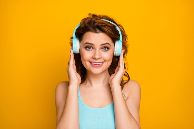 헤드폰에서 음악을 듣는 소녀