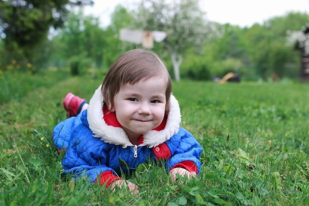 소녀 작은 야외 나무 잔디