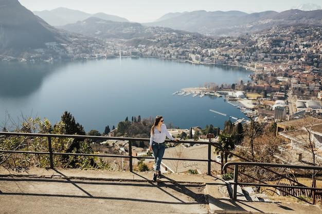 Девушка смотрит на панорамный пейзаж на монте-бре, лугано, швейцария