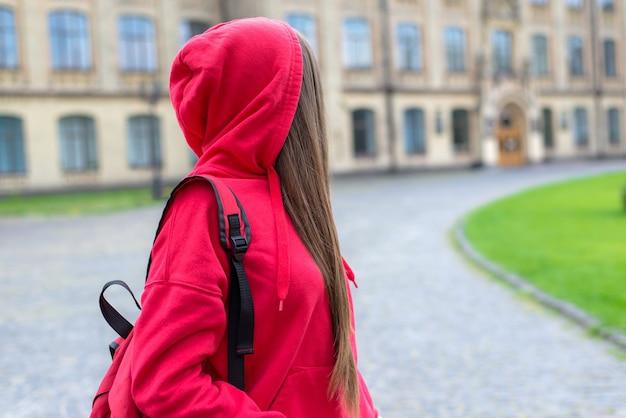 キャンパスの建物を振り返る少女