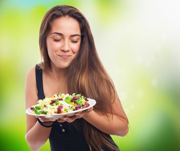 Ragazza guardando la sua insalata