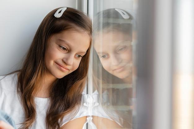 窓の外を見ている女の子