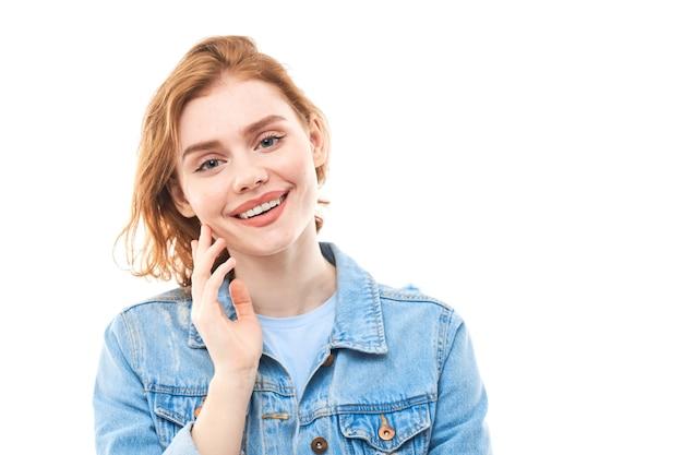 Девушка смотрит в камеру трогательно удовольствие лицо на белом фоне