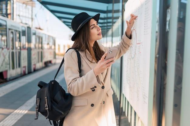 女の子は市内地図を見る