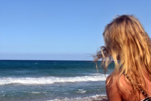 女の子は海を見る