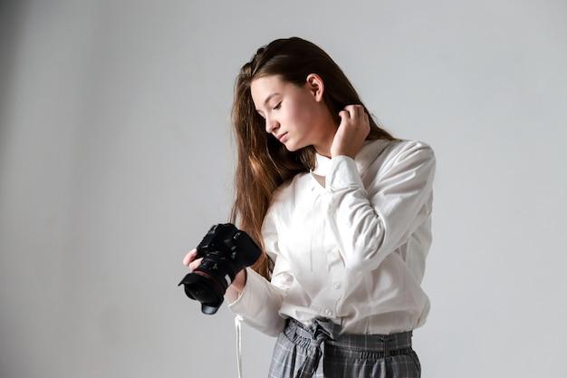 Девушка смотрит на фото в камеру