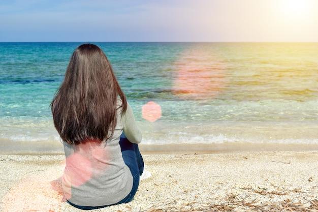 Девушка смотрит на море и небо