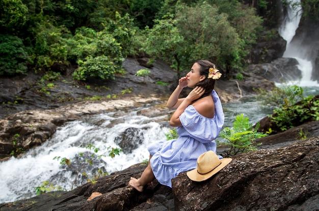女の子は滝を見ます