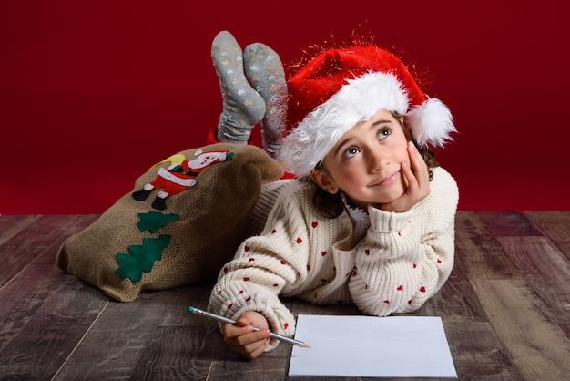 Девушка лежала на полу задумчивый с карандашом и бумагой