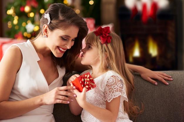 Девушка делает большой сюрприз для твоей матери