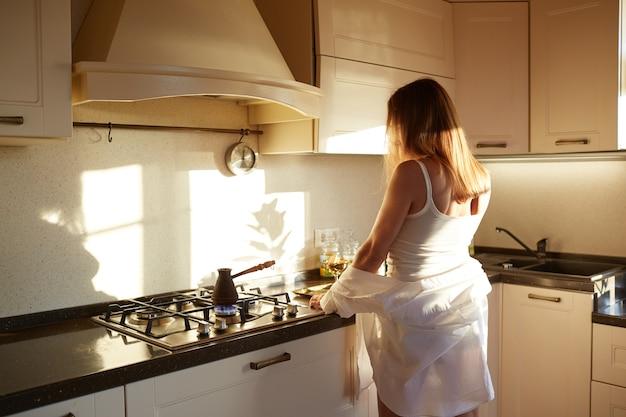 女の子は朝コーヒーを作ります