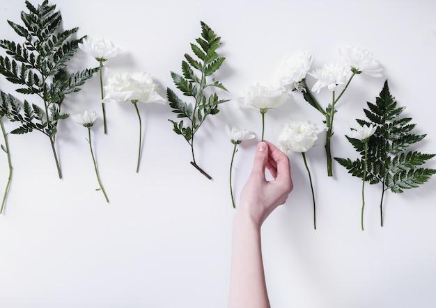 Ragazza che fa un mazzo di fiori