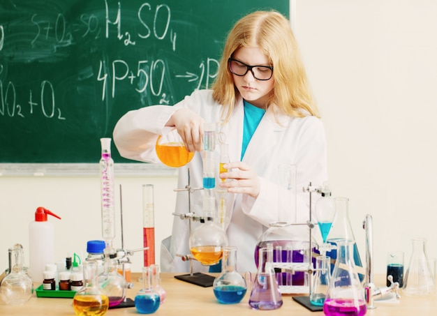 Girl making a chemical experiment in a chemistry lab Premium Photo