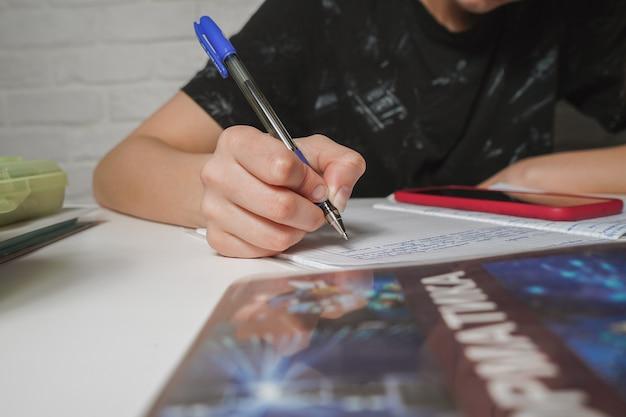 英語の宿題を作る女の子