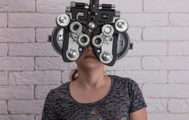 Девушка измеряет зрение с помощью оптического фороптера