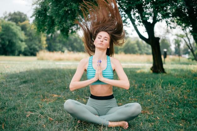 自然の中で瞑想の女の子