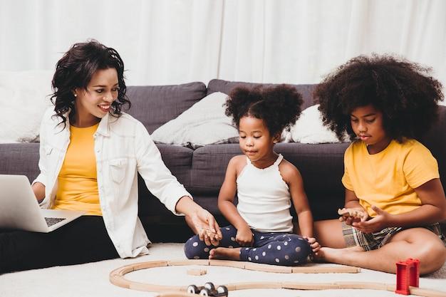 女の子のお母さんが自宅で仕事をしている、またはcovid-19ウイルス病による在宅勤務の影響