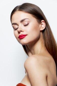 Девушка обнаженные плечи красные губы закрытые глаза чистая уход за кожей