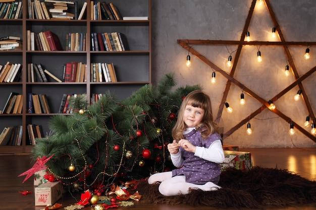 타락한 크리스마스 트리 근처 여자