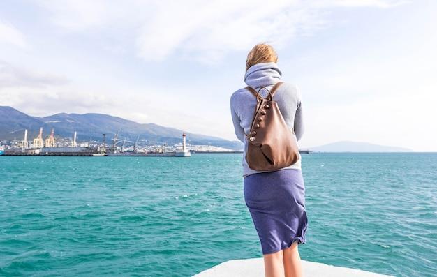 寒さで海の近くの女の子