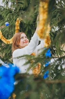 木の近くの女の子