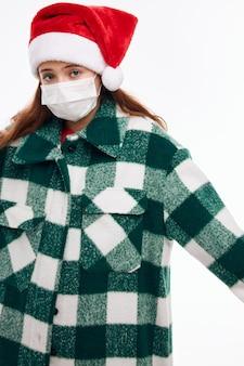 Девушка новогодняя одежда привлекательный вид медицинской маски защиты крупным планом. фото высокого качества