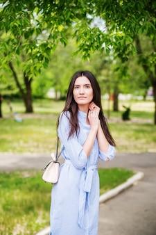 都市公園の散歩にアジアの外観の少女若いタタール人の夏の肖像画