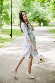 都市公園の散歩にアジアの外観の女の子。夏のポートレート