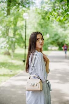 都市公園の散歩にアジアの外観の女の子若いタタール人の夏の肖像画