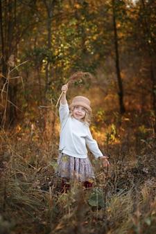散歩の秋の森の5の女の子
